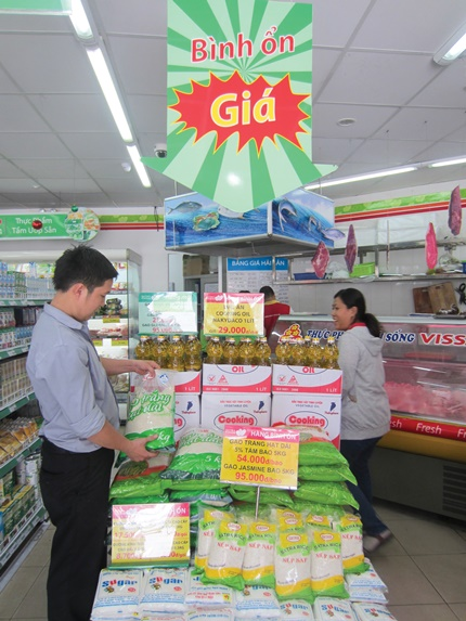Hàng bình ổn thị trường tại cửa hàng Satrafoods trên đường Lê Thị Riêng, quận 1, TPHCM. Ảnh: Vũ Yến