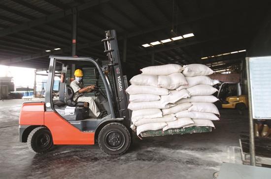 Sản xuất thức ăn chăn nuôi tại một nhà máy ở tỉnh Long An. Ảnh: Quang Huy
