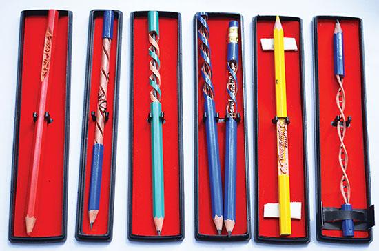 Các cây bút chì trở thành những tác phẩm nghệ thuật dễ thương từ những hoa văn và nét chữ khéo léo trên thân bút.