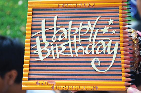 Một tấm thiệp chúc mừng sinh nhật bằng bút chì đầy ý nghĩa.