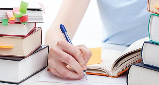 Ghi chép bài vở trong lớp học không chỉ để nhớ và ôn tập môn học, mà còn là phương tiện kiếm tiền của sinh viên Mỹ.