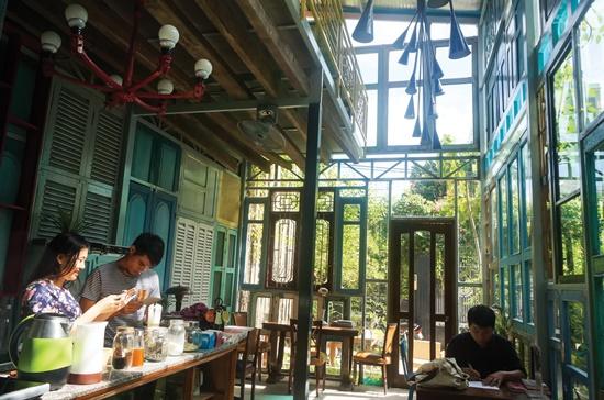 Hình thức uống cà phê tự phục vụ là điểm độc đáo của quán Kujuz.