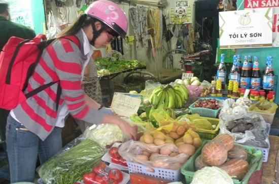 Khách hàng chọn mua rau an toàn tại chợ Căn Cứ. Ảnh: Nguyễn Quyên