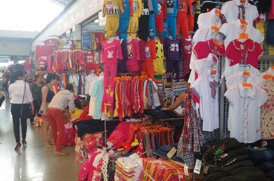 Mỗi ngày có đến 10-20 tấn hàng hóa ra vào chợ Đồng Xuân (Hà Nội) với doanh thu ước tính trên 500 triệu đồng. Ảnh: Thùy Dung