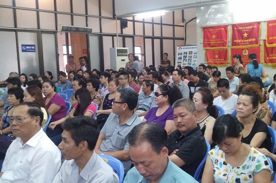 Tiểu thương và doanh nghiệp tại hội nghị đối thoại diễn ra ở chợ Đồng Xuân, Hà Nội hôm 19-8.