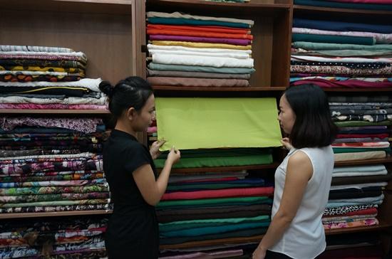 Ngoài may đo, các tiệm may bây giờ còn tư vấn cho khách hàng chọn chất liệu vải, kiểu dáng phù hợp. Ảnh: Ngọc Minh