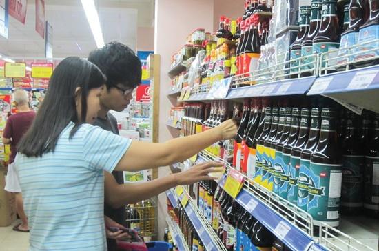 Người tiêu dùng lựa chọn nước mắm tại siêu thị Co.opMart Cống Quỳnh, quận 1. Ảnh: Vũ Yến