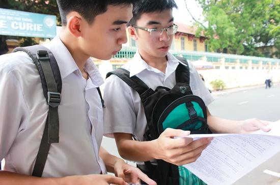 Thí sinh thi bốn môn tối thiểu gồm ba môn bắt buộc là Toán, ngữ văn, ngoại ngữ và một môn tự chọn. Ảnh: Thành Hoa