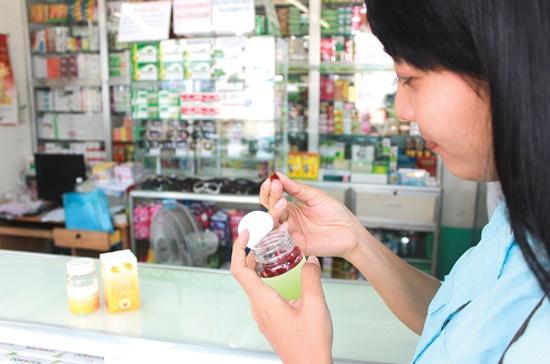"""Nhiều người tin tưởng những lời quảng cáo về thực phẩm chức năng, xem nó như """"thần dược"""", trong khi những sản phẩm này không phải là thuốc, không có tác dụng thay thế thuốc chữa bệnh. Ảnh: Thành Hoa"""