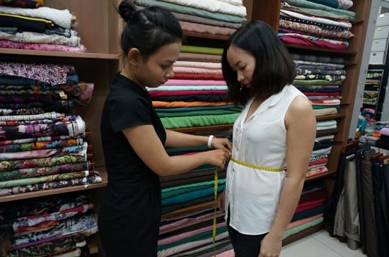 """Đến tiệm may đo là thói quen của đa số chị em phụ nữ để có những """"bộ cánh"""" thời trang hợp dáng và không """"đụng"""" hàng."""
