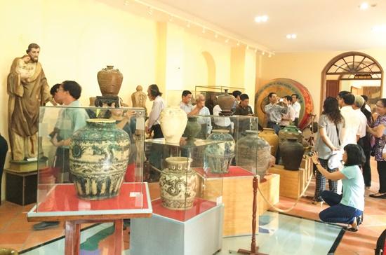 Khách xem trưng bày cổ vật tại Bảo tàng TPHCM. Ảnh: Mỹ Loan