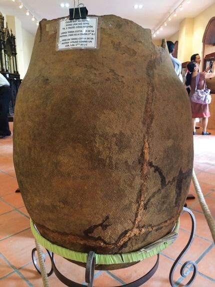 Một chiếc chum đất Sa Huỳnh dùng làm mộ táng trước Công nguyên.