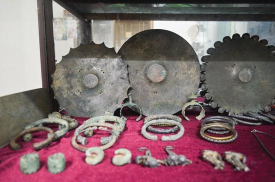 Những trang sức bằng đá của người Việt cổ hơn 2.000 năm trước.