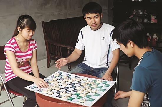 Anh Ngôn hướng dẫn mọi người chơi cờ thương trường. Ảnh nhân vật cung cấp