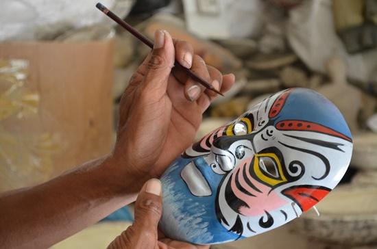 Nghệ nhân đang thổi hồn vào khuôn mặt Dương Phàm.