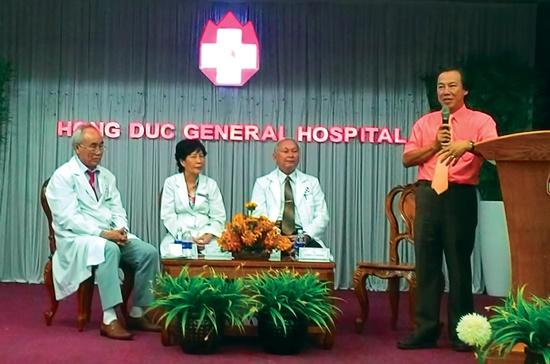 """BS. Lương Lễ Hoàng nói chuyện tại buổi tọa đàm """"Phòng chống bệnh cao huyết áp, ung thư, tiểu đường"""" ngày 25-10. Ảnh: Nguyễn Quyên"""