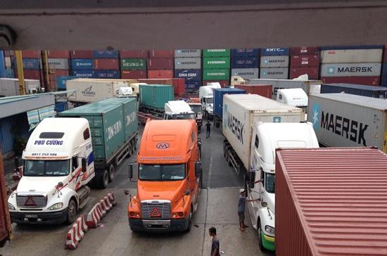 Cách tính tải trọng của doanh nghiệp hiện nay là dựa vào thông tư còn các cảng dựa vào giấy đăng kiểm. Ảnh: Anh Quân