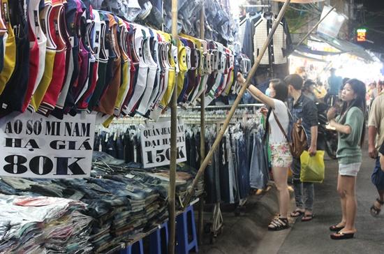 Vào những tháng cuối năm, từ cửa hàng bình dân đến các trung tâm thương mại, những mặt hàng thời trang được khuyến mãi bằng hình thức phổ biến là giảm giá. Ảnh: Thành Hoa
