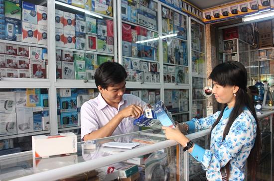 Trên thị trường hiện có rất nhiều dòng sản phẩm và chủng loại về dụng cụ, thiết bị y tế gia đình. Ảnh: Thành Hoa