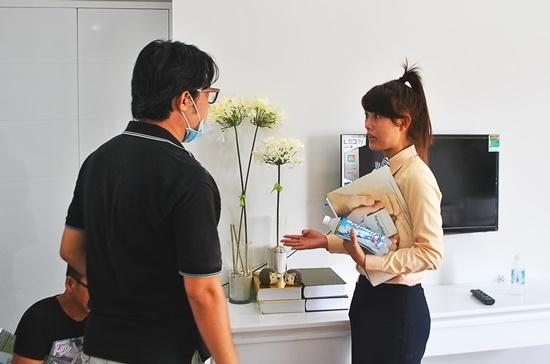 Nhân viên kinh doanh bất động sản đang tư vấn cho khách hàng. Ảnh: Mạnh Tùng