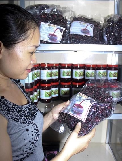 Hoa và đài hoa cây giấm giờ đây đã được chế biến thành nhiều sản phẩm để bán. Ảnh: Thành Hoa