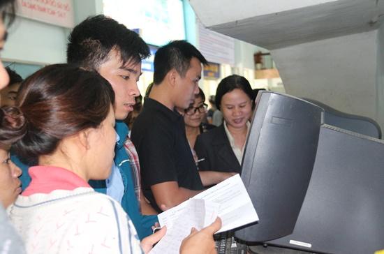 Hành khách đặt vé trên máy tính tại ga Sài Gòn.