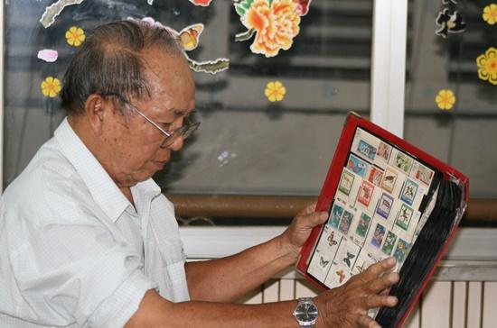Ông Đỗ Thành Kim và bộ tem quý của mình.