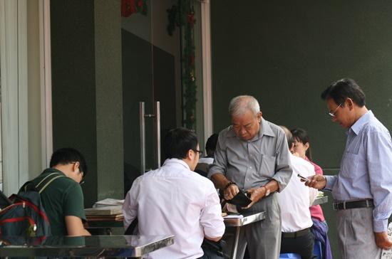 Cứ vào sáng thứ Bảy cách tuần là đông đảo người chơi tem đến chợ tem ở số 18 Đinh Tiên Hoàng, quận 1, TPHCM để mua bán, trao đổi tem.       Ảnh: Tấn Phú