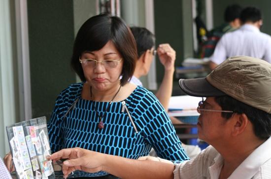 Không chỉ nam giới, nhiều phụ nữ cũng đam mê chơi tem.
