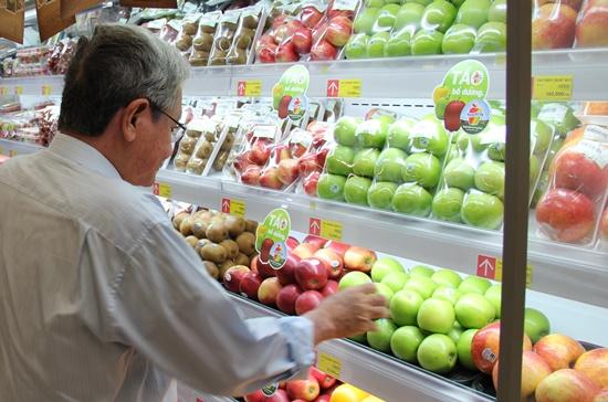Khách hàng lựa trái cây tại siêu thị Lotte Mart, quận Tân Bình, TPHCM.
