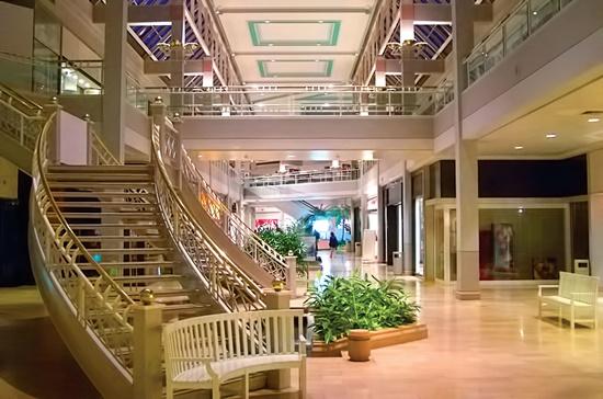 Cầu thang dẫn lối lên tầng trên bị che lại bởi tầng trên gần như bỏ trống với nhiều cửa hàng đóng cửa tại Trung tâm thương mại Owings Mills Mall, bang Maryland, Mỹ.