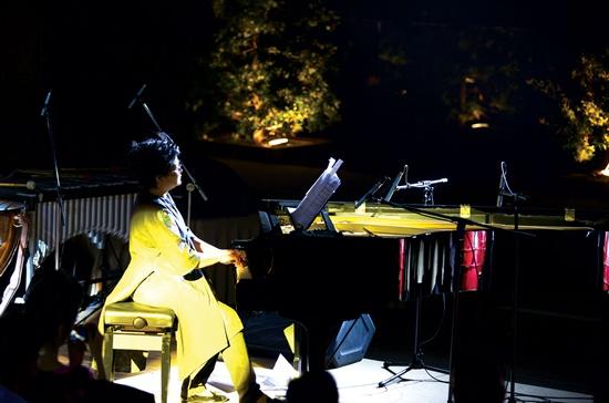 Đưa piano vào tuồng cổ là một sự kết hợp độc đáo của nghệ sĩ Phó An My và nhạc sĩ Đặng Tuệ Nguyên trong đêm diễn Lửa vào đầu tháng 1 vừa qua tại TPHCM. Ảnh : Hoàng Sơn