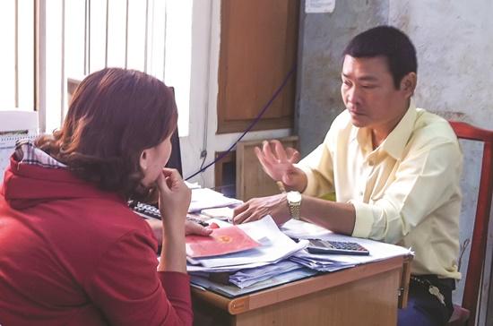 Người dân đang được hướng dẫn thủ tục mua BHYT tại UBND phường 5, Gò Vấp.