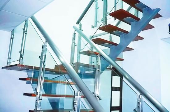 Cầu thang bậc gỗ kết hợp cùng tay vịn inox tạo nét hiện đại cho không gian.