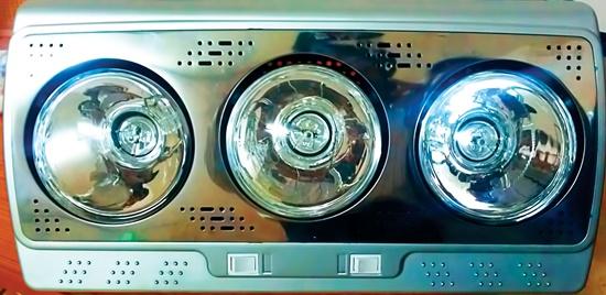 Đèn sưởi ba đèn halogen có công tắc sử dụng dễ dàng.