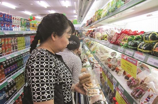 Các hệ thống siêu thị trên địa bàn TPHCM đang đưa ra các chương trình khuyến mãi để thu hút người tiêu dùng trong những ngày tết. Ảnh: T.L