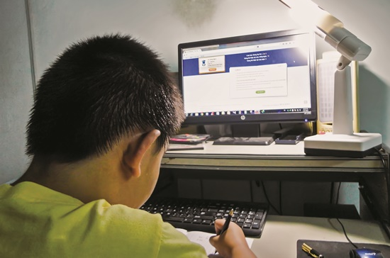 Một cháu bé học lớp 2 ở Gò Vấp, TPHCM đang giải toán Violympic.