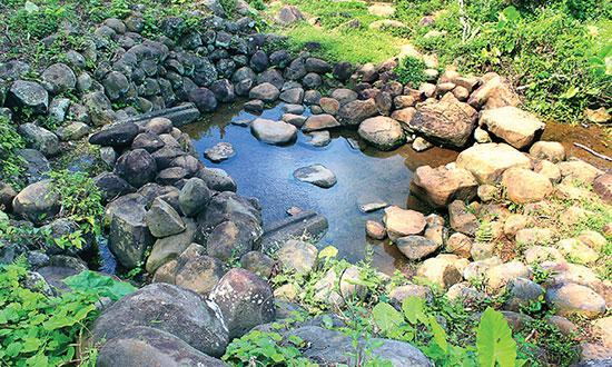 Giếng Đào. Khe nhỏ bên trái là bể lắng nước sạch, sau đó chảy ra hai máng đá xuống bể chứa (tắm giặt) trước khi theo mương ra ruộng.