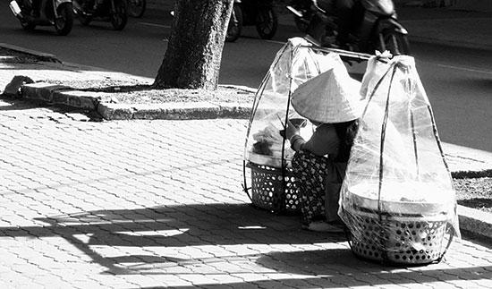 Giống như bao đô thị ồn ào bụi bặm, đất chật người đông khác, vỉa hè ở Sài Gòn là chỗ kiếm sống của nhiều phận người.  Ảnh: P.Đ.Q