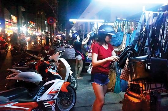 Các gian hàng vỉa hè tập trung tại đường Nguyễn Trãi, quận 5 chiếm phần lớn là những sản phẩm phụ kiện như túi xách, giày dép, mũ nón. Ảnh: Ngọc Minh