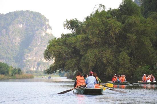 Du khách thăm quần thể danh thắng Tràng An ở Ninh Bình. Ảnh: CTV