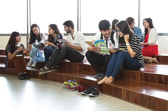 Sinh viên nước ngoài đang trao đổi với sinh viên Việt Nam tại trường Đại học Hoa Sen.