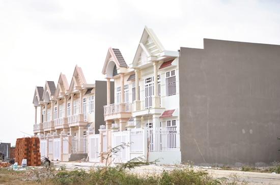 Ở một số vùng ngoại thành TPHCM hiện có khá nhiều nhà phố mới xây đang được rao bán.           Ảnh: Mạnh Tùng