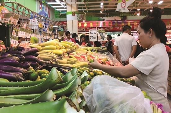 Khách hàng đang chọn mua rau tại siêu thị Big C, quận Gò Vấp, TPHCM.    Ảnh: Nguyễn Quyên