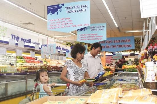 Người tiêu dùng lựa chọn sản phẩm tại khu vực bán hàng bình ổn thị trường trong siêu thị Co.opMart.