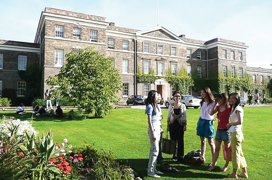 Trường Đại học Leicester ở thành phố Leicester – nơi có mức sinh hoạt phí rẻ nhất Anh Quốc và chỉ cách London chừng một giờ đi xe lửa.