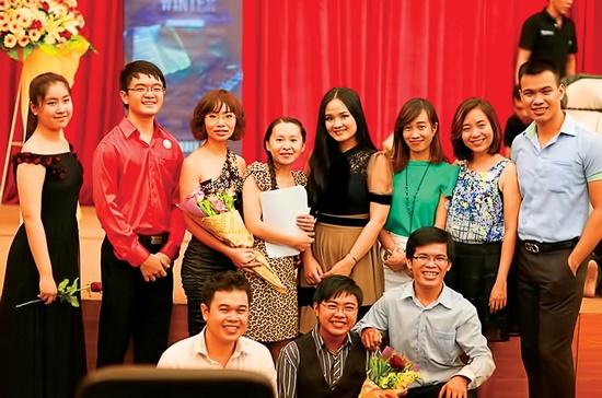 Những thành viên của Nhóm bạn yêu nhạc cổ điển Sài Gòn chụp ảnh lưu niệm trong một buổi biểu diễn tại Nhạc viện TPHCM.