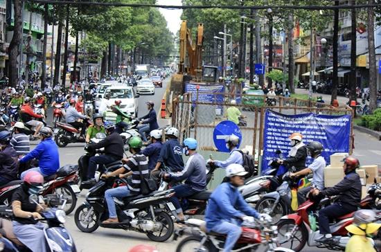 """Một """"lô cốt"""" đang hiện diện tại ngã tư Trần Hưng Đạo-Nguyễn Thái Học quận 1, TPHCM.    Ảnh: Thành Hoa"""