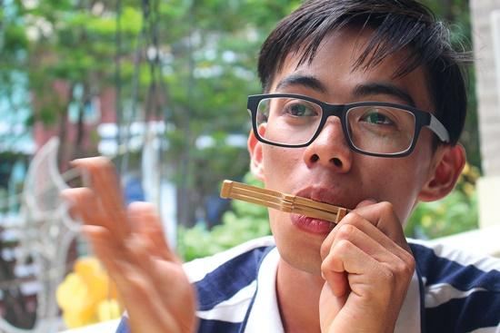 Nghệ nhân đàn môi trẻ tuổi Đặng Văn Khai Nguyên đang chơi một loại đàn môi.