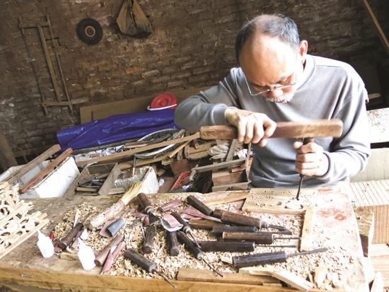 Các nghệ nhân chế tác các sản phẩm gỗ ở làng nghề.          Ảnh: Đỗ Hương